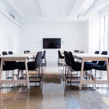 meja, kursi dan televisi di ruang meeting