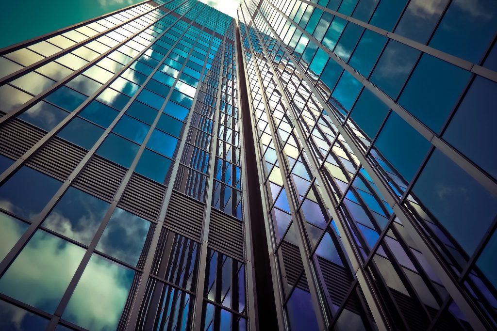 gedung pencakar langit dengan jendela kaca