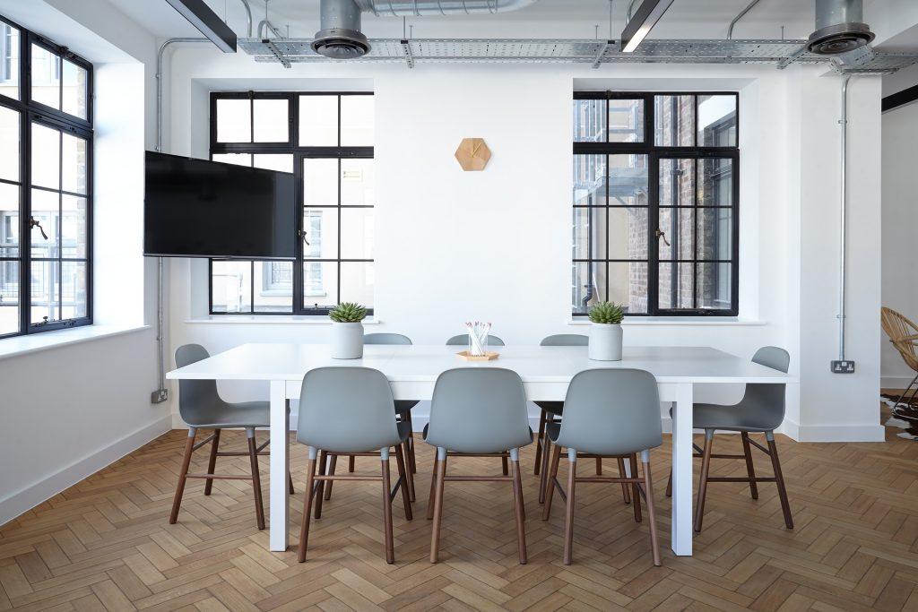 deretan kursi yang mengelilingi sebuah meja meeting besar
